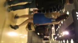 包臀蓝裙女与老外逛街粉色内内走光