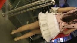 百褶裙纯情靓妹与男票逛商场