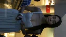 白色连衣裙绿茶婊商场裙底遭偷拍