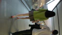 碎花短裤美少女两条白腿肩上扛